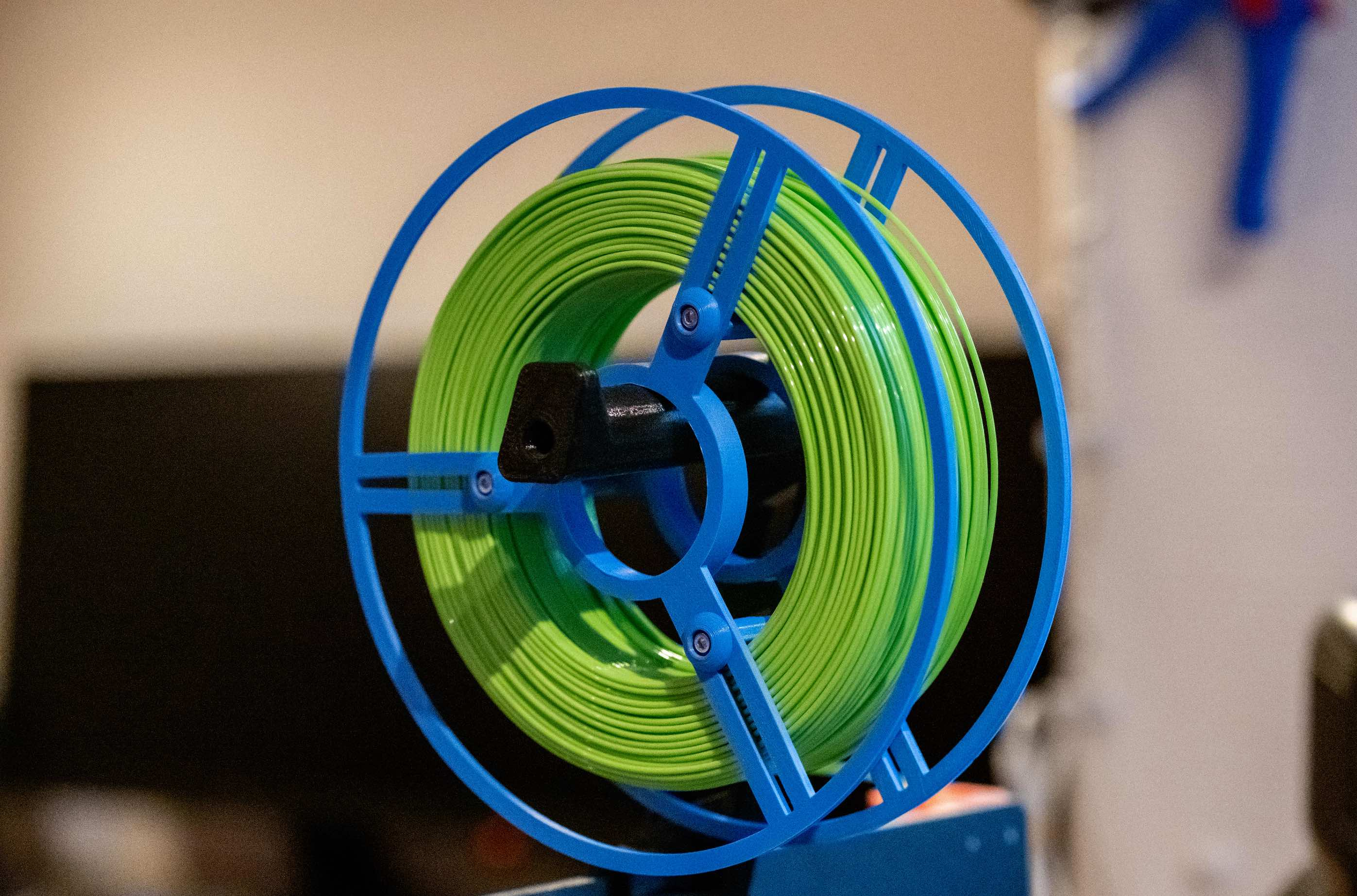 Reusable adjustable spool for spoolless filament