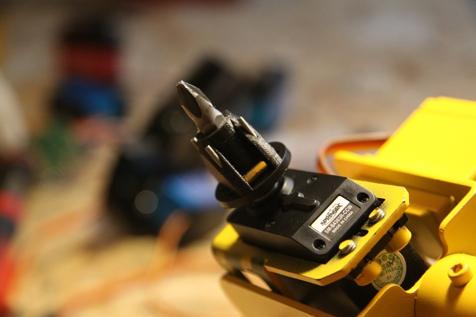 Magnetic bit holder for robot