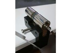 Lock holder for lockpicking practice