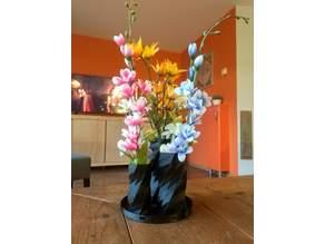 Twisted 6-sided Vase Basic on a tray