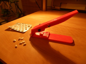 Pill splitter with anti finger cut off protection
