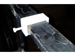 Keyhole mount clip for rectangular tubing
