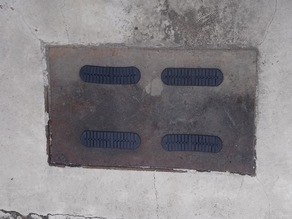 Articulated plate for manhole cover