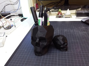 Skull lowpoly pen holder