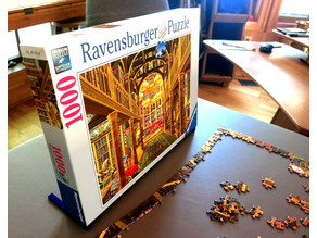 Jigsaw puzzle box stand