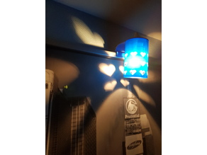 lampe qui s'accroche sur un tableau